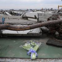 大津波で街が壊滅した名取市閖上地区に手向けられた花束=宮城県同市で2011年5月21日午後1時15分、丸山博撮影