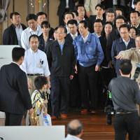 避難所を訪問した(中央左から)中国の温家宝首相、菅首相、韓国の李明博大統領(肩書きは当時)=福島市のあづま総合体育館で2011年5月21日午後3時24分、代表撮影