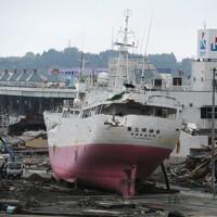 翌日の撤去作業を待つ、津波で陸へ押し上げられた大型マグロ漁船=宮城県気仙沼市で2011年5月22日午後1時15分、丸山博撮影