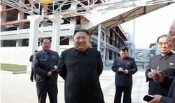 順川リン酸肥料工場を見て回る金正恩朝鮮労働党委員長=北朝鮮・平安南道で2020年5月1日(朝鮮中央通信=朝鮮通信)