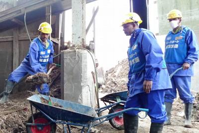 スリランカの災害支援チームが石巻市を訪れ、工場のがれき撤去で汗を流した=宮城県石巻市門脇で2011年5月23日午後3時、入江直樹撮影