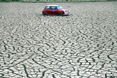 津波で冠水した後、乾いた水田に取り残された車=福島県相馬市で2011年5月28日午後3時39分、梅村直承撮影