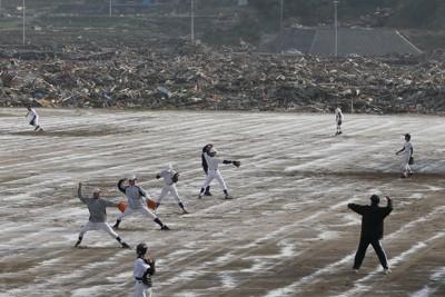 震災ゴミを撤去した後、消石灰で消毒したグランドで練習をする小友中学校の野球部員=岩手県陸前高田市で2011年5月31日、竹内幹撮影
