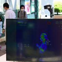 入り口での体温検査などの感染防止対策をして営業を再開するナガシマスパーランド=三重県桑名市で2020年5月17日午前9時57分、兵藤公治撮影