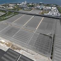 一部施設が再開しものの、駐車場の空きが目立つ「ナガシマスパーランド」=三重県桑名市で2020年5月17日午後1時14分、本社ヘリから久保玲撮影