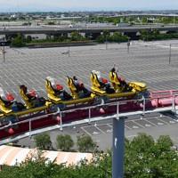 営業を再開するも来場者は少なく空きが目立つナガシマスパーランドの駐車場=三重県桑名市で2020年5月17日午後1時17分、兵藤公治撮影