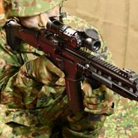 陸上自衛隊が更新する小銃「20式5.56㎜小銃」=防衛省で2020年5月18日、宮間俊樹撮影