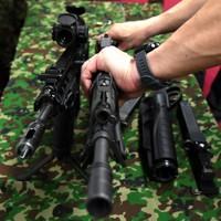 陸上自衛隊が更新する小銃「20式5.56㎜小銃」(左)と旧小銃の「89式5.56㎜小銃」」(中央)=防衛省で2020年5月18日、宮間俊樹撮影