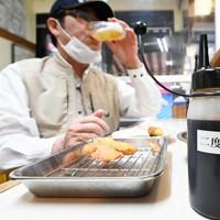 「二度漬け禁止」の共用のソース容器が撤去され、ソースが入ったボトルが置かれた串カツ店のカウンター=大阪市中央区の串かつだるま道頓堀店で2020年5月18日午後5時46分、山崎一輝撮影