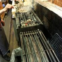 休業要請が緩和されても客足が戻らず、一部の調理器だけを使って営業をする焼き鳥店=大阪市北区で2020年5月18日午後5時35分、大西達也撮影