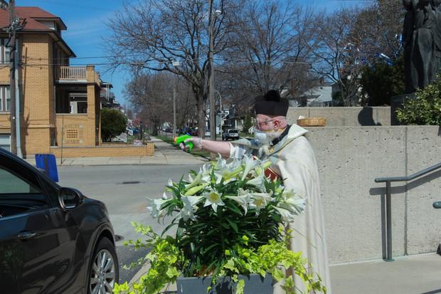 US priest draws squirt gun in fight against coronavirus - The Mainichi