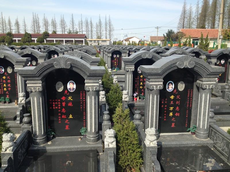 中国の多死社会のスケールは日本と比較にならないほど大きい(上海市の長江河口の崇明島にある大墓苑)