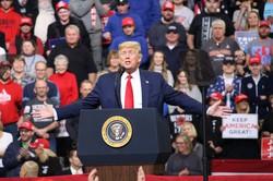 集会で支持者に訴えるトランプ米大統領=米中西部アイオワ州デモインで2020年1月30日、高本耕太撮影
