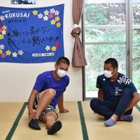 夏の甲子園が中止となったことを監督から聞いた後、話をする神戸国際大付の野球部の3年生=神戸市垂水区で2020年5月20日午後3時29分、望月亮一撮影