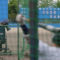 得点ボードに夏の県大会までの日数を掲げたグラウンドで練習に励む聖光学院の選手たち=福島県桑折町で2020年5月20日、和田大典撮影