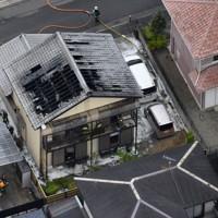 火災のあった民家=奈良県五條市で2020年5月20日午後0時9分、本社ヘリから木葉健二撮影
