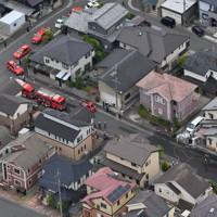 火災のあった民家(右)=奈良県五條市で2020年5月20日午後0時9分、本社ヘリから木葉健二撮影