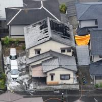 火災のあった民家=奈良県五條市で2020年5月20日午後0時10分、本社ヘリから木葉健二撮影
