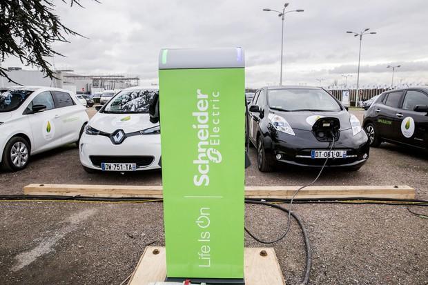 シュナイダー・エレクトリック製の充電ステーション(Bloomberg)