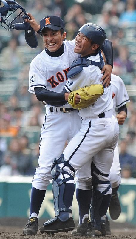 第82回センバツ高校野球で優勝を決め、喜び合う興南時代のエース島袋さん(左)=2010年4月