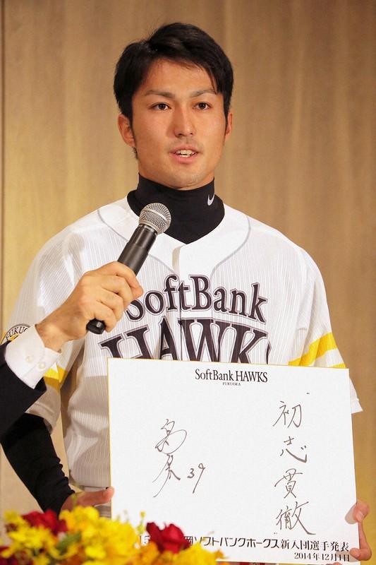 福岡ソフトバンクホークス新入団選手の記者会見で抱負を述べる島袋さん=2014年12月