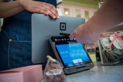 銀行免許が付与されたスクエアで決済(米サンフランシスコ)(Bloomberg)