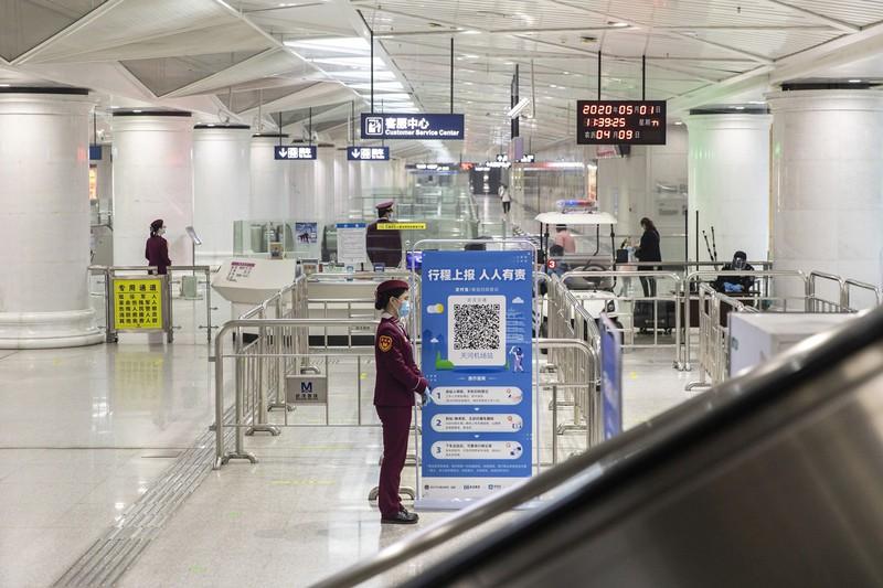 武漢の地下鉄駅の入り口には、健康コードの提示を求める看板が設置されている(Bloomberg)