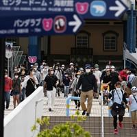 一部営業再開されたアドベンチャーワールドを訪れた人たち=和歌山県白浜町で2020年5月21日午前10時31分、北村隆夫撮影