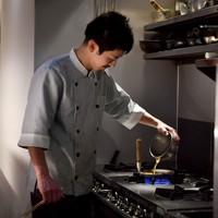 親子丼を作る森本さん=大阪市淀川区で2020年5月16日、平川義之撮影