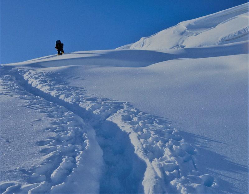 標高5750mのキャンプ1の上部を歩く斎藤明さん=2019年10月1日、藤原章生撮影