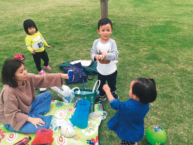 広州市内でピクニックを楽しむ家族連れ