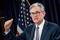 異例の金融緩和政策を取るFRBのパウエル議長 (Bloomberg)
