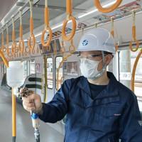 JR大阪環状線車両で公開された抗ウイルス・抗菌液の吹き付け作業=大阪市城東区で2020年5月22日午前9時54分、望月亮一撮影