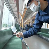 JR大阪環状線車両で公開された抗ウイルス・抗菌液の吹き付け作業=大阪市城東区で2020年5月22日午前9時49分、望月亮一撮影