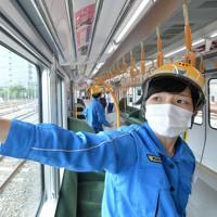 作業を終えた車両に貼られた抗菌シール=大阪市城東区で2020年5月22日午前10時、望月亮一撮影