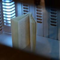 本の殺菌消毒やゴミくずの除去などを行う図書消毒機=奈良県の桜井市立図書館で2020年5月18日、藤井達也撮影