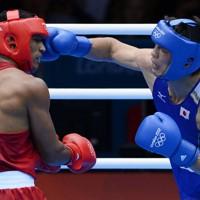 ボクシング男子ミドル級で金メダルをつかんだ村田諒太選手。決勝戦の三回、ブラジルのエスキバ・ファルカン選手(左)にパンチを当てる=ロンドンのエクセルで2012年8月11日、西本勝撮影
