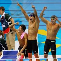 競泳男子400㍍メドレーリレーで銀メダルを獲得し大喜びする(右から)北島康介、松田丈志、入江陵介、藤井拓郎の各選手=ロンドンの水泳センターで2012年8月4日、森田剛史撮影