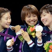 卓球女子団体の表彰式で銀メダルを手に笑顔を見せる(左から)福原愛、平野早矢香、石川佳純の各選手=ロンドンのエクセルで2012年8月7日、望月亮一撮影