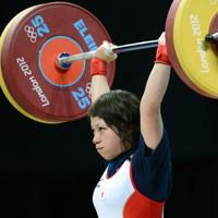 重量挙げ女子48㌔級で見事銀メダルをとった三宅宏実選手=英国・ロンドンのエクセルで2012年7月28日、望月亮一撮影