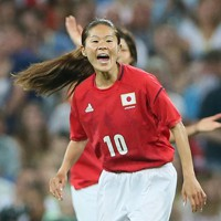 サッカー女子、決勝の対米国戦で追加点を奪われた後、イレブンに声をかける澤穂希選手。日本は惜しくも1-2で敗れ、銀メダル=ロンドンのウェンブリー競技場で2012年8月9日、佐々木順一撮影