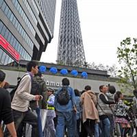 2012年に開業した東京スカイツリータウンに入る人たち=東京都墨田区で5月22日、西本勝撮影
