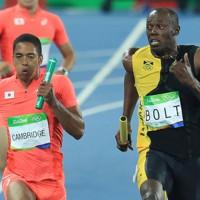 陸上男子400㍍リレー決勝、ジャマイカのウサイン・ボルト選手(右)と競り合うアンカーのケンブリッジ飛鳥選手。日本は堂々の銀メダルに輝いた=リオデジャネイロの五輪スタジアムで2016年8月19日、梅村直承撮影