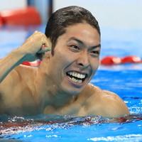 競泳男子400㍍個人メドレーで金メダルを獲得、拳を握りしめる萩野公介選手=リオデジャネイロの五輪水泳競技場で2016年8月6日、梅村直承撮影