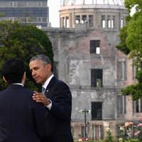 2016年、米現職大統領として初めて広島を訪れたオバマ氏。平和記念公園で安倍晋三首相(左)の肩に手を添えた=広島市中区で5月27日、徳野仁子撮影