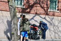 ホームレスのためのシェルター(一時宿泊施設)の前で話をする人たち=2020年5月14日午後3時ごろ、米マサチューセッツ州ボストンで大西睦子医師撮影