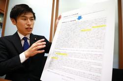 検察庁法改正案について「解釈変更」前後の文言の違いを書いたボードを示す山添拓氏=岡本同世撮影