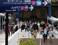 Visitors with masks are seen at Adventure World amusement park, which partly resumed operations after closing due to the novel coronavirus pandemic, in Shirahama, Wakayama Prefecture, on May 21, 2020. (Mainichi/Takao Kitamura)