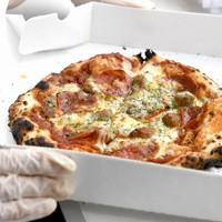 新型コロナウイルス感染拡大の中でも仕事を休めない人に感謝と温かい食事を届けたいと、病院にキッチンカーで届けられた焼き立てのピザ=千葉市緑区の千葉南病院で2020年5月18日、竹内紀臣撮影