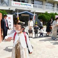 入学式を終え、学校を後にする子どもたち=福岡市中央区の赤坂小学校でで2020年5月23日午前9時32分、矢頭智剛撮影